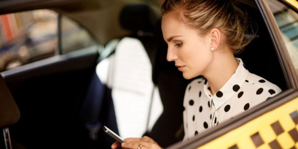 девушка в такси